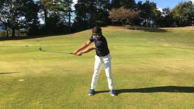 右 ゴルフ 肘 スイング ダウン