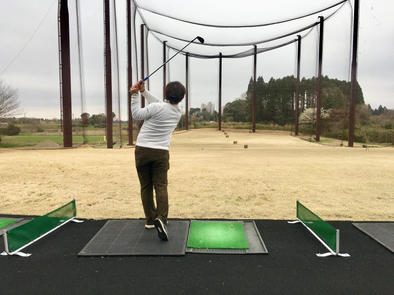 ゴルフスイングフェードボールフィニッシュ飛球線後方からの写真