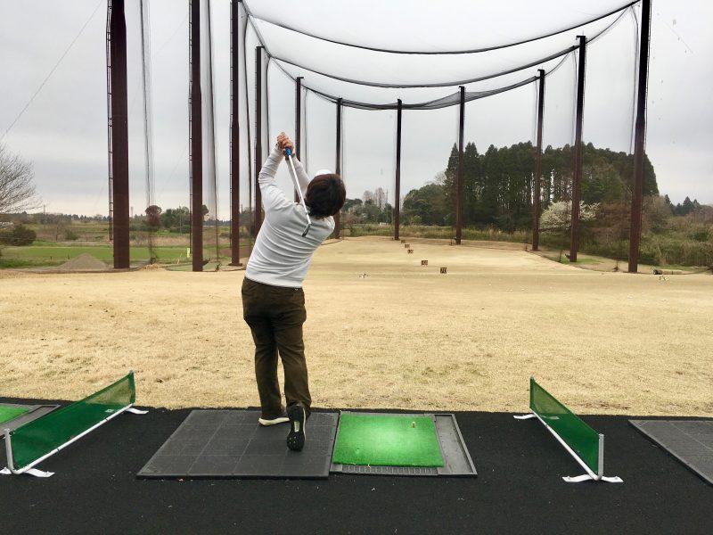 ゴルフスイングドローボールフィニッシュ飛球線後方からの写真