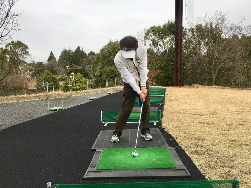 ゴルフスイングドローボールインパクト正面からの写真