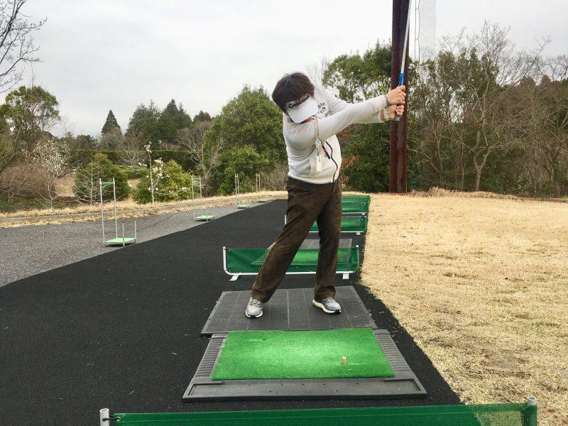 ゴルフスイングドローボールフォロー正面からの写真