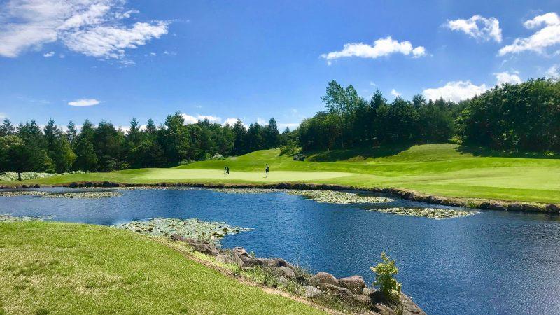 GEN-TENゴルフコースレッスン強化合宿青森スプリングGCクリークとグリーンの写真