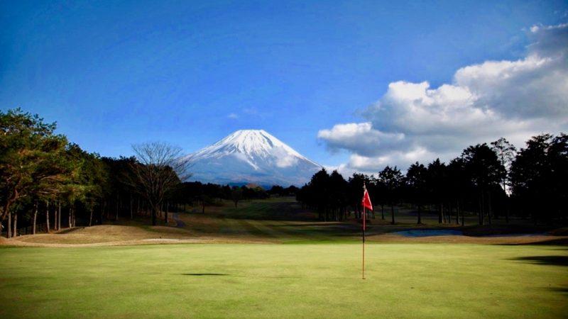 朝霧カントリークラブグリーンと富士山の写真