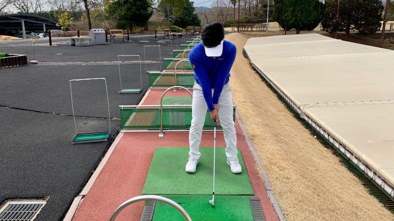 GEN-TENゴルフコースレッスングリップを強く握ったアドレスの写真