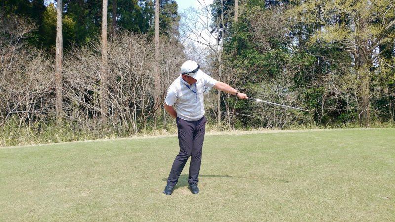 GEN-TENゴルフコースレッスンショートスイング左手フォローの写真