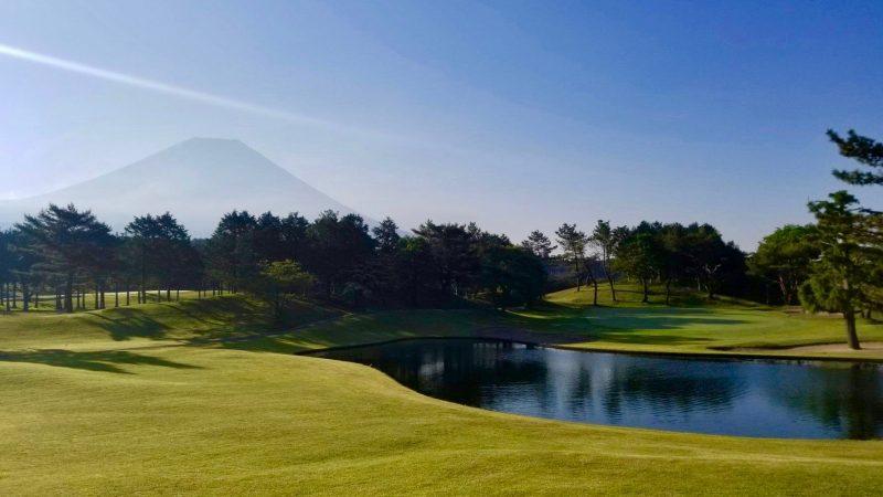 朝霧カントリークラブ池と富士山