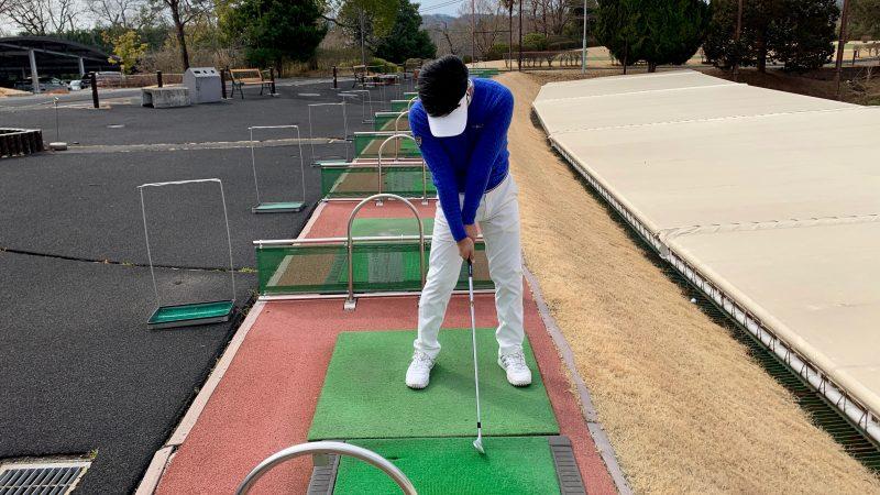 GEN-TENゴルフコースレッスングリップを強く握ったインパクトの写真