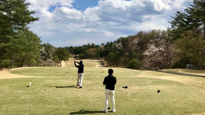 GEN-TENゴルフコースレッスンドライバーショットと桜の写真