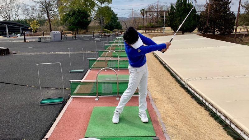 GEN-TENゴルフコースレッスングリップを強く握ったフォローの写真