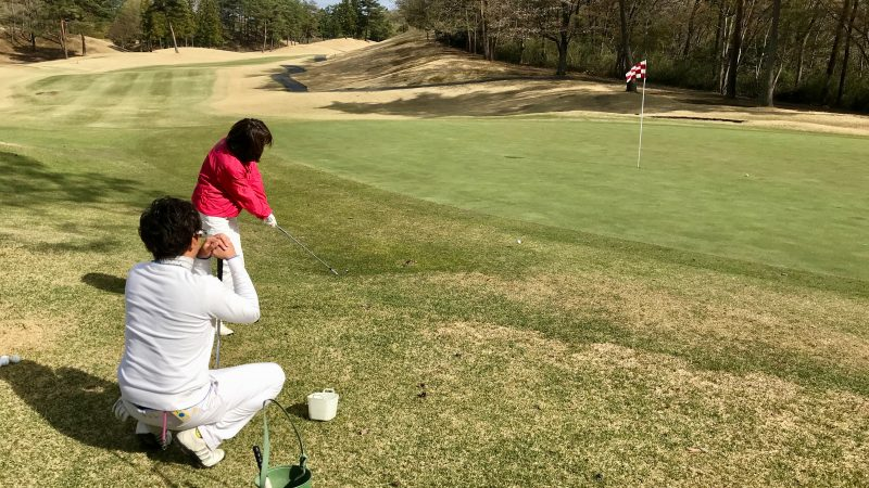 GEN-TENゴルフコースレッスングリーン横からのアプローチの写真①