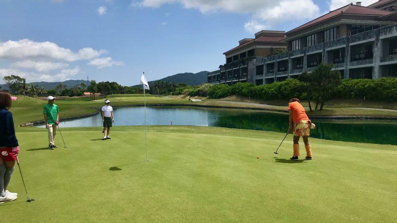 GEN-TENゴルフコースレッスン喜瀬CCグリーンと池&クラブハウスの写真