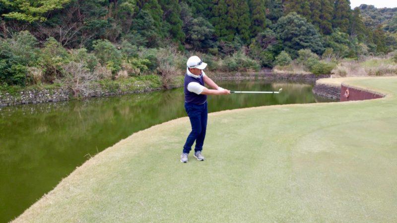 GEN-TENゴルフコースレッスンアプローチショット正面からの写真