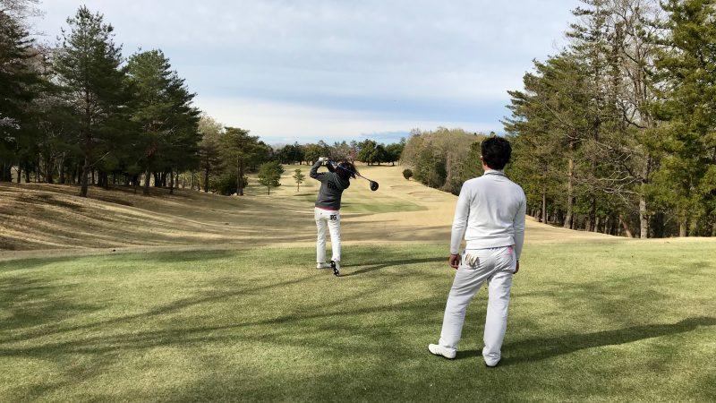 GEN-TENゴルフコースレッスンドライバーショット飛球線後方からの写真