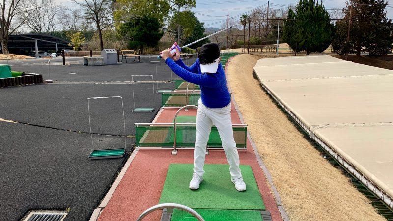 GEN-TENゴルフコースレッスンタオルをグリップを巻いてグリップしたテークバックの写真