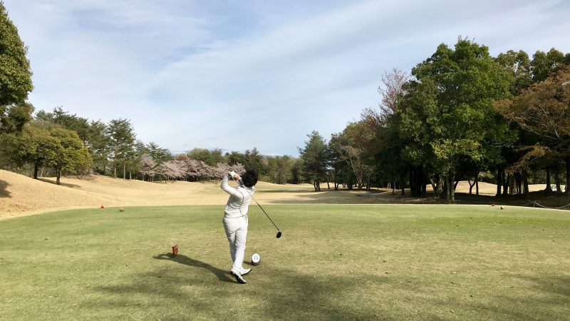 GEN-TENゴルフコースレッスンティショットフィニッシュの写真