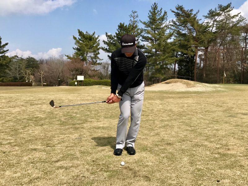 ゴルフアプローチショットダウンスイング正面の写真