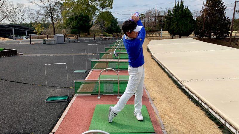 GEN-TENゴルフコースレッスンタオルをグリップを巻いてグリップしたフィニッシュの写真