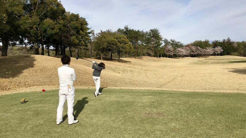 GEN-TENゴルフコースレッスンティショット後方からの写真