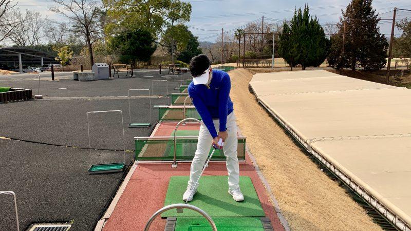 GEN-TENゴルフコースレッスンタオルをグリップを巻いてグリップしたインパクトの写真
