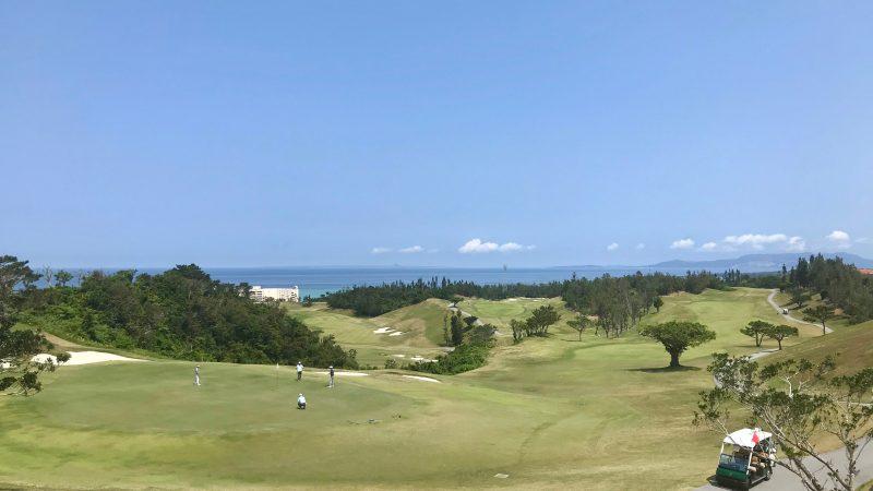 GEN-TENゴルフコースレッスンPGM沖縄コースと海の写真
