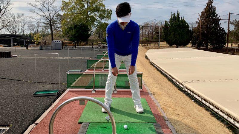 GEN-TENゴルフコースレッスン腕の力を抜いて前傾した写真