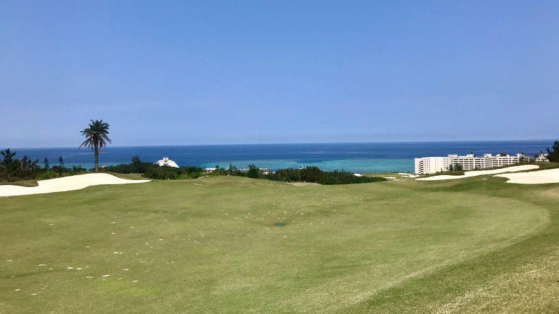 GEN-TENゴルフコースレッスンPGM沖縄フェアウェイと海の写真