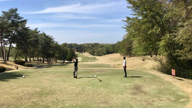 GEN-TENゴルフコースレッスンハーフラウンドドライバーショットの写真