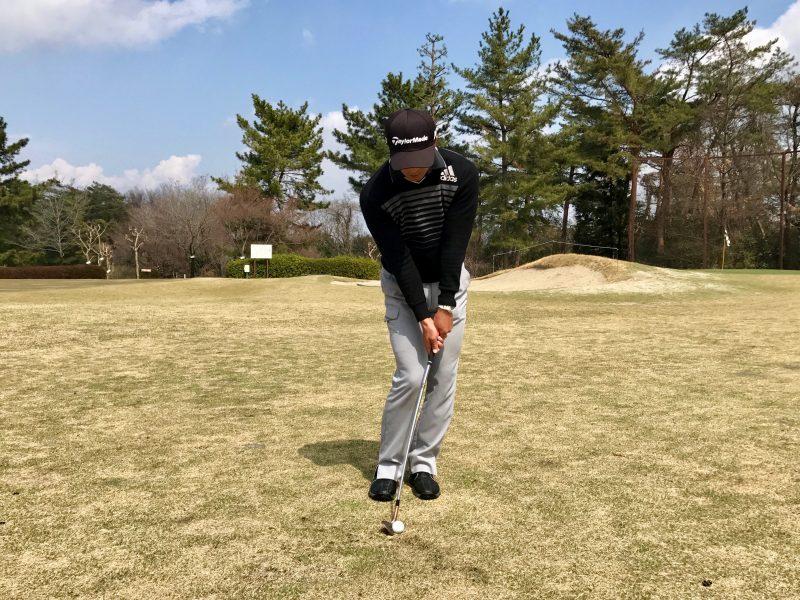 ゴルフアプローチショットインパクト正面の写真