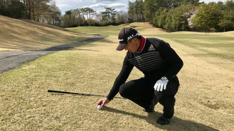 GEN-TENゴルフコースレッスンボールをプレースしている写真