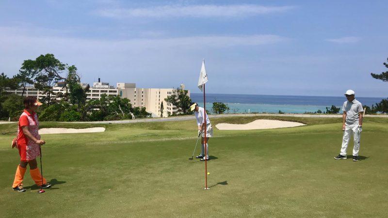 GEN-TENゴルフコースレッスンPGM沖縄グリーンと海の写真