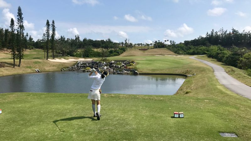GEN-TENゴルフコースレッスンPGM沖縄池越えのティショットの写真