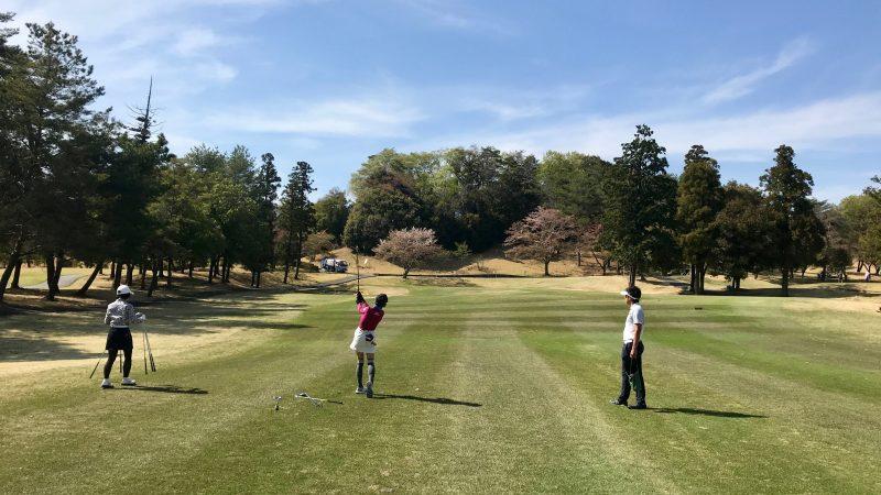 GEN-TENゴルフコースレッスンハーフラウンドフェアウェイからのショットの写真