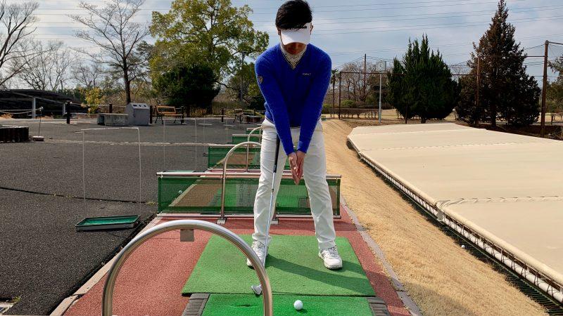 GEN-TENゴルフコースレッスン前傾して手を合わせた正面からの写真