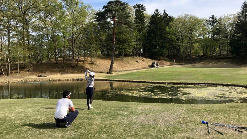 GEN-TENゴルフコースレッスンハーフラウンド池越えのショットの写真