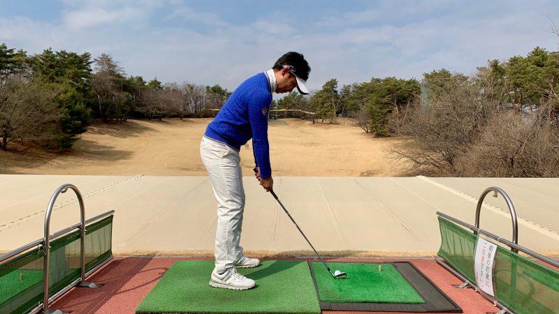 GEN-TENゴルフコースレッスン正しいアドレス飛球線後方からの写真