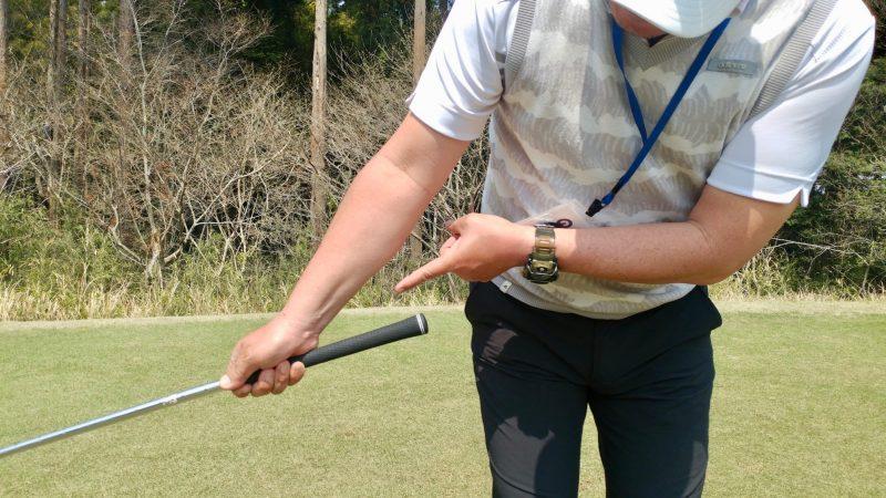 GEN-TENゴルフコースレッスンショートスイング右手テークバックアップの写真