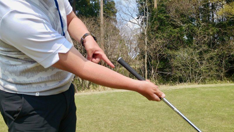 GEN-TENゴルフコースレッスンショートスイング右手フォローアップの写真