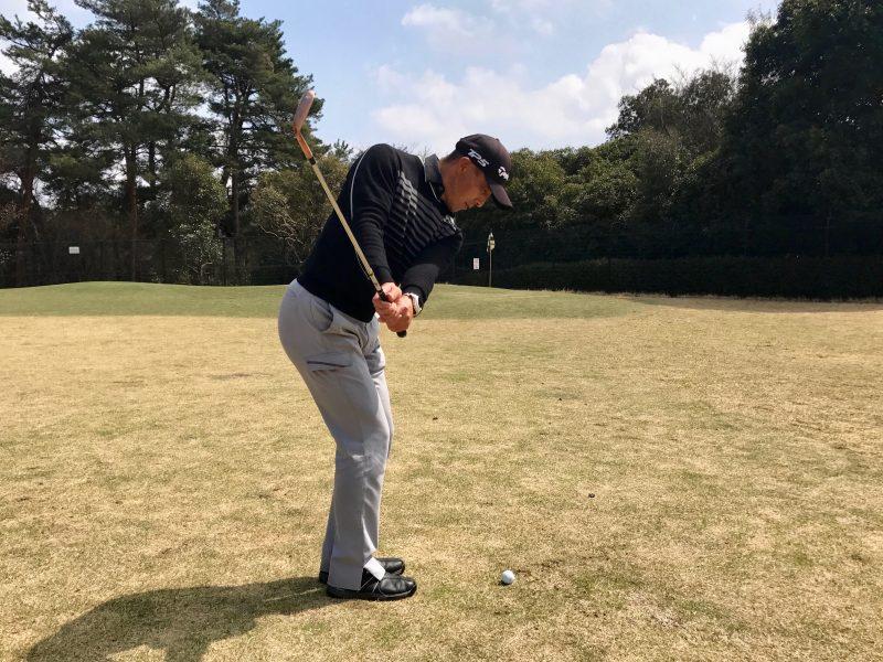 ゴルフアプローチショットテークバック飛球線後方からの写真