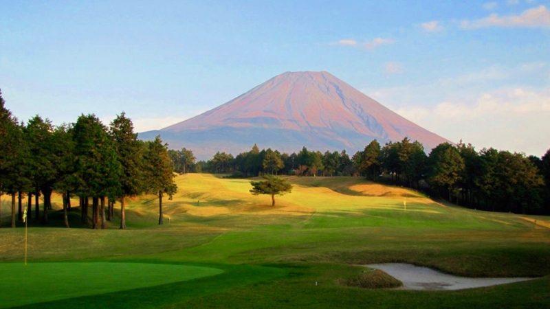 朝霧カントリークラブグリーンバックからの富士山の写真