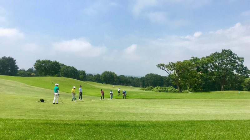 GEN-TENゴルフコースレッスン強化合宿青森スプリングGC定点練習フェアウェイからのショットの写真