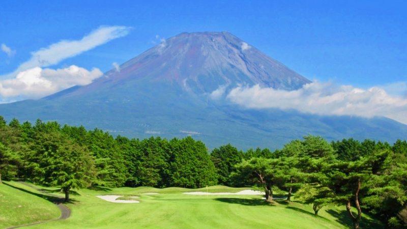 朝霧カントリークラブフェアウェイと富士山