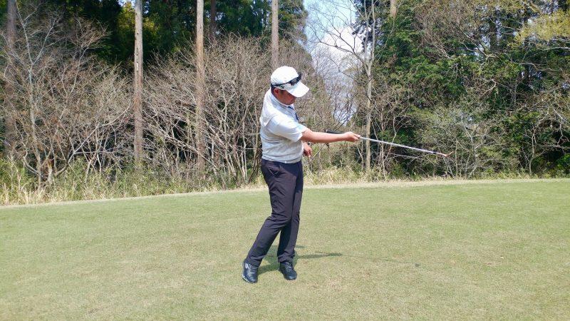 GEN-TENゴルフコースレッスンショートスイング右手フォローの写真