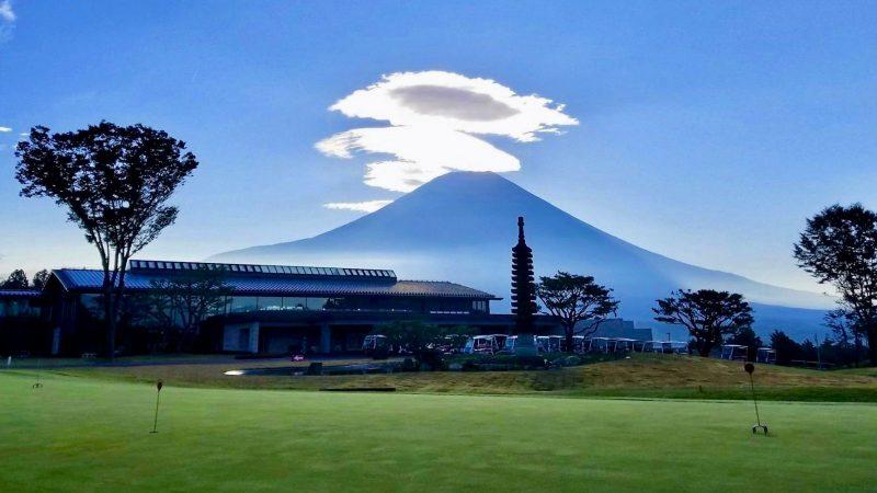 朝霧カントリークラブ富士山とクラブハウスの写真