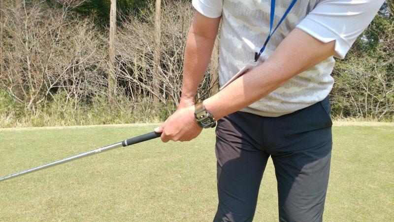 GEN-TENゴルフコースレッスンショートスイング左手テークバックアップの写真