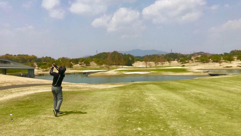 GEN-TENゴルフコースレッスンエクセレントゴルフクラブ伊勢大鷲コース池越えのショットの写真