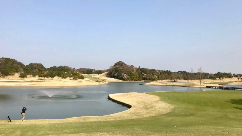 GEN-TENゴルフコースレッスンエクセレントゴルフクラブ伊勢大鷲コースフェアウェイと池の写真