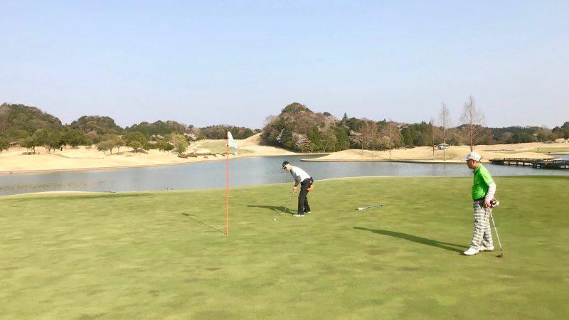 GEN-TENゴルフコースレッスンエクセレントゴルフクラブ伊勢大鷲コースグリーンと池の写真