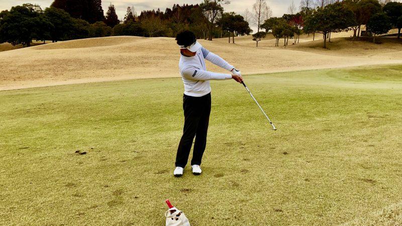 GEN-TENゴルフコースレッスンピッチショットフォロー正面手首の角度をキープ