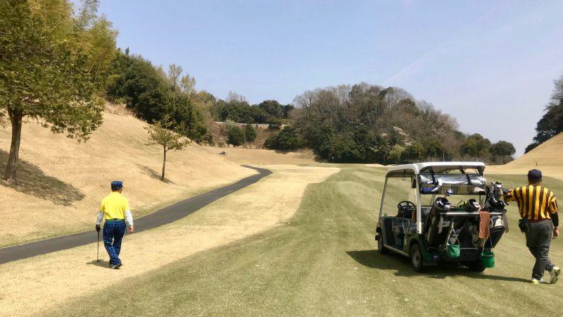 GEN-TENゴルフコースレッスンエクセレントゴルフクラブ一志温泉コースフェアウェイとカートの写真
