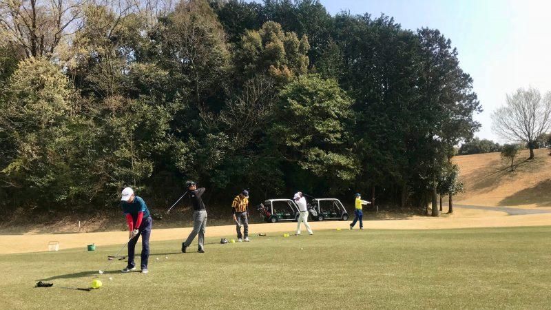 GEN-TENゴルフコースレッスンエクセレントゴルフクラブ一志温泉コース定点練習フェアウェイからのショットの写真